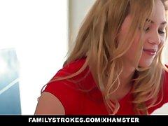 Роздягаючись блондинка думає що її натягають в кицьку порно великі губки